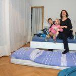 Angelika und ihre Kinder im Gästezimmer der Peters