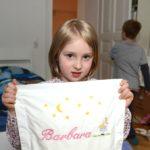 Barbara hat ihr Kissen mitgebracht, das sie seit der Geburt begleitet.