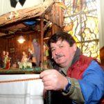 Andreas Viezens vor der Krippe in der Paul-Gerhardt-Kirche (Foto: Regina Katzer)