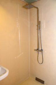 Die Dusche in einem Guss nach dem Umbau. (Foto: Regina Katzer)
