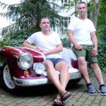 Mathias und Marcel (r.) auf ihrer Auto-Couch im Bonbon-Look (Foto: Regina Katzer)