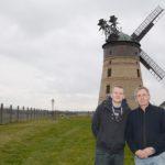 Klaus-Peter und Robert Reinhold vor ihrer Mühle in Lindenthal (Foto: Regina Katzer)
