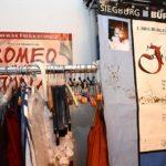 Das erste Plakat der Siegburger Freilichtspiele 2004 hängt laminiert im Schlafzimmer (Foto: Regina Katzer)